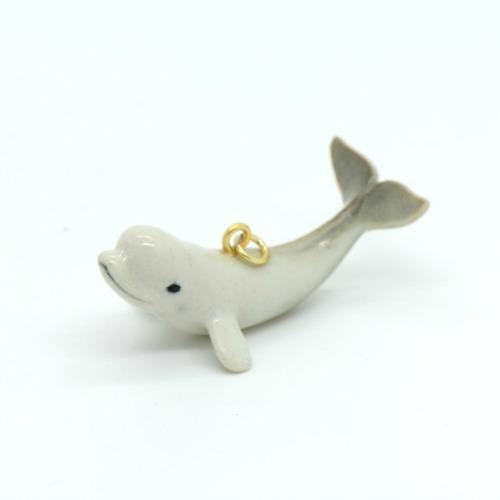 Colgante de ballena en porcelana