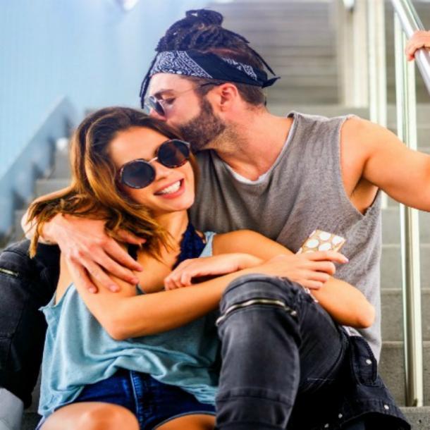 pareja romántica optimista, hombre besando la oreja de la mujer