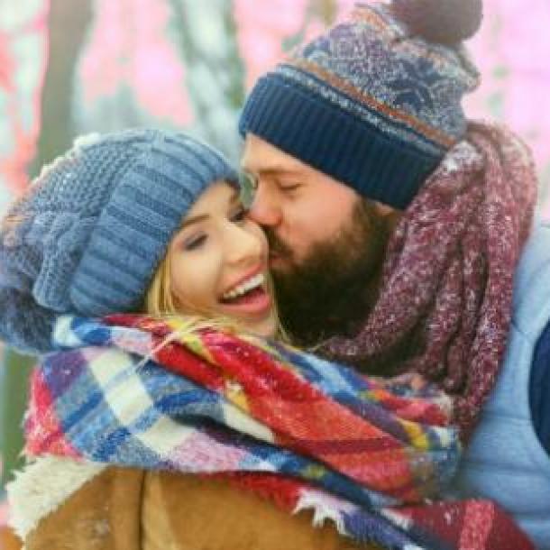 pareja durante la temporada de los gemelos en la nieve invernal