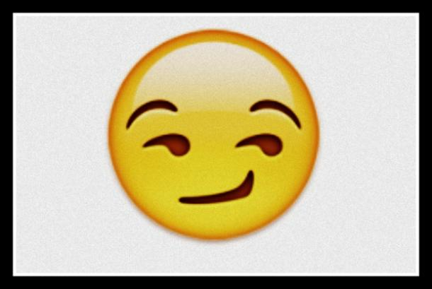 emirji sonríe con una cara caprichosa